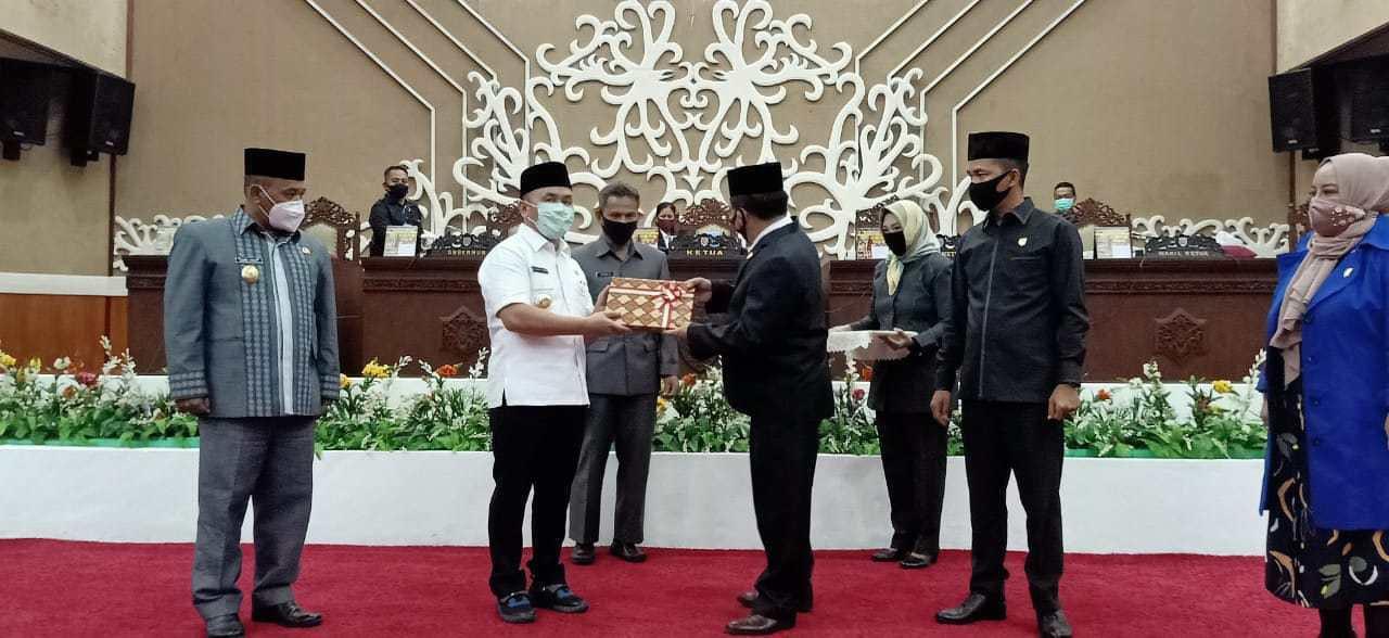 GUBERNUR KALTENG SAMPAIKAN PERTANGGUNG-JAWABAN APBD PADA DPRD 1