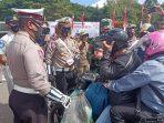 TNI, POLRI DAN SATPOL PP HADANG PENGENDARA, ADA APA? 7