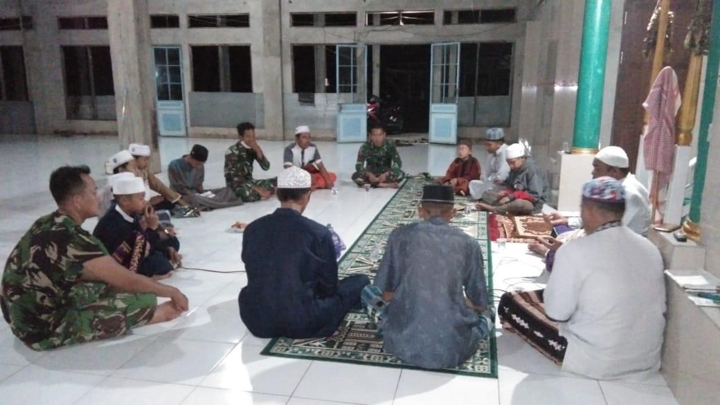 SEJUMLAH ANGGOTA TNI IKUTI PENGAJIAN RUTIN DI DESA BAPINANG HILIR 1