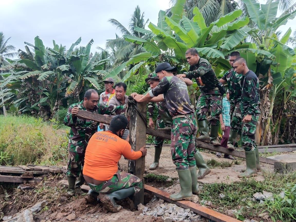 TNI DAN MASYARAKAT BAHU MEMBAHU SELESAIKAN PEMBANGUNAN JEMBATAN 1
