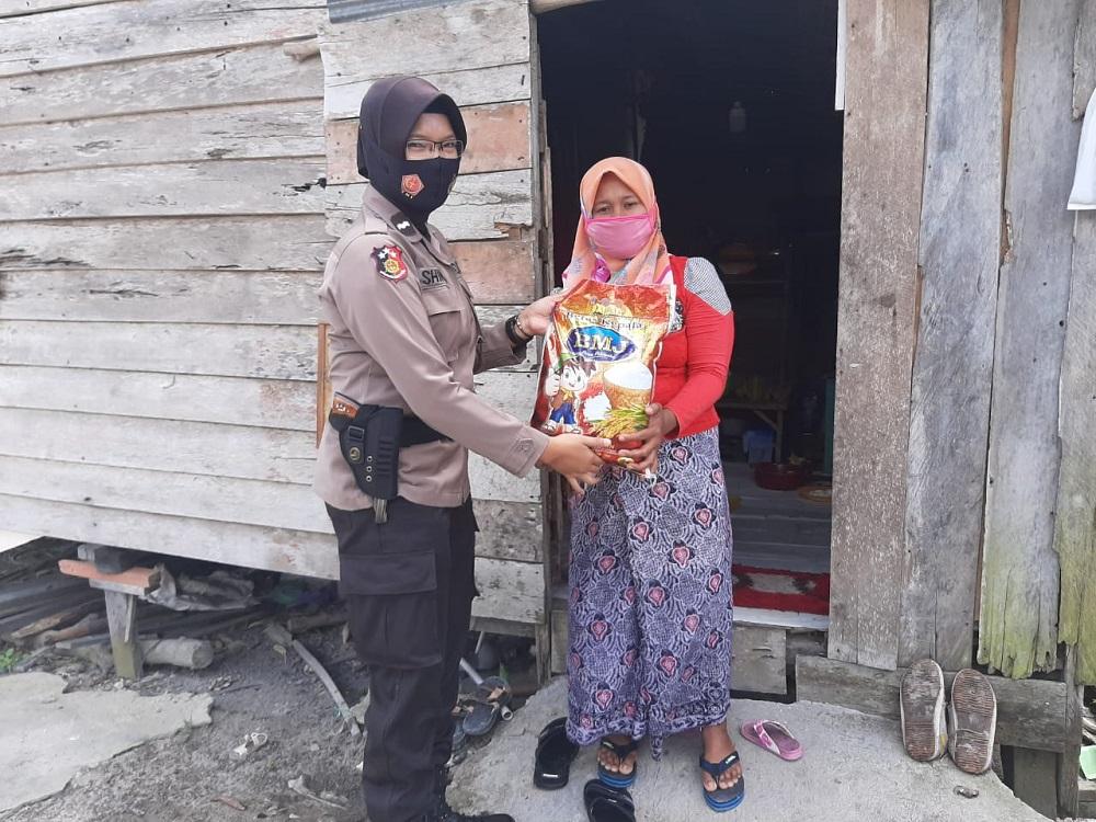 BANTU MASYARAKAT KURANG MAMPU, POLRES KOBAR DOOR TO DOOR SALURKAN SEMBAKO 2