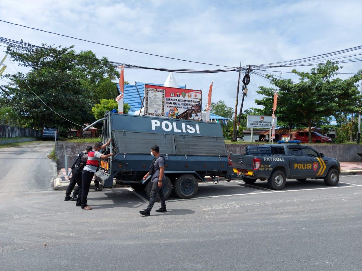 TINGKATKAN PENGAMANAN, POLRES KOBAR PASANG SECURITY BARIER DEPAN KANTOR KPU 1