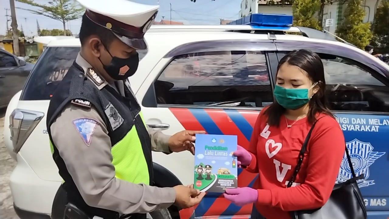 SATLANTAS POLRES GUMAS GENCAR TURUN HIMBAU WARGA DAN PENGENDARA PATUHI PROTOKOL KESEHATAN 1