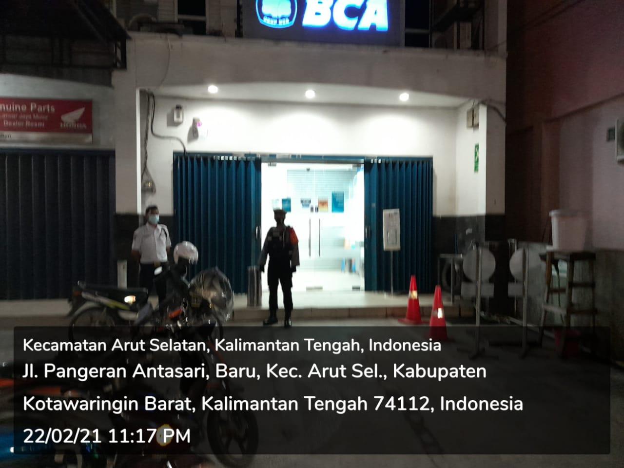 PERSONEL SATSABHARA POLRES KOBAR SAMBANGI BANK BCA DI MALAM HARI 1