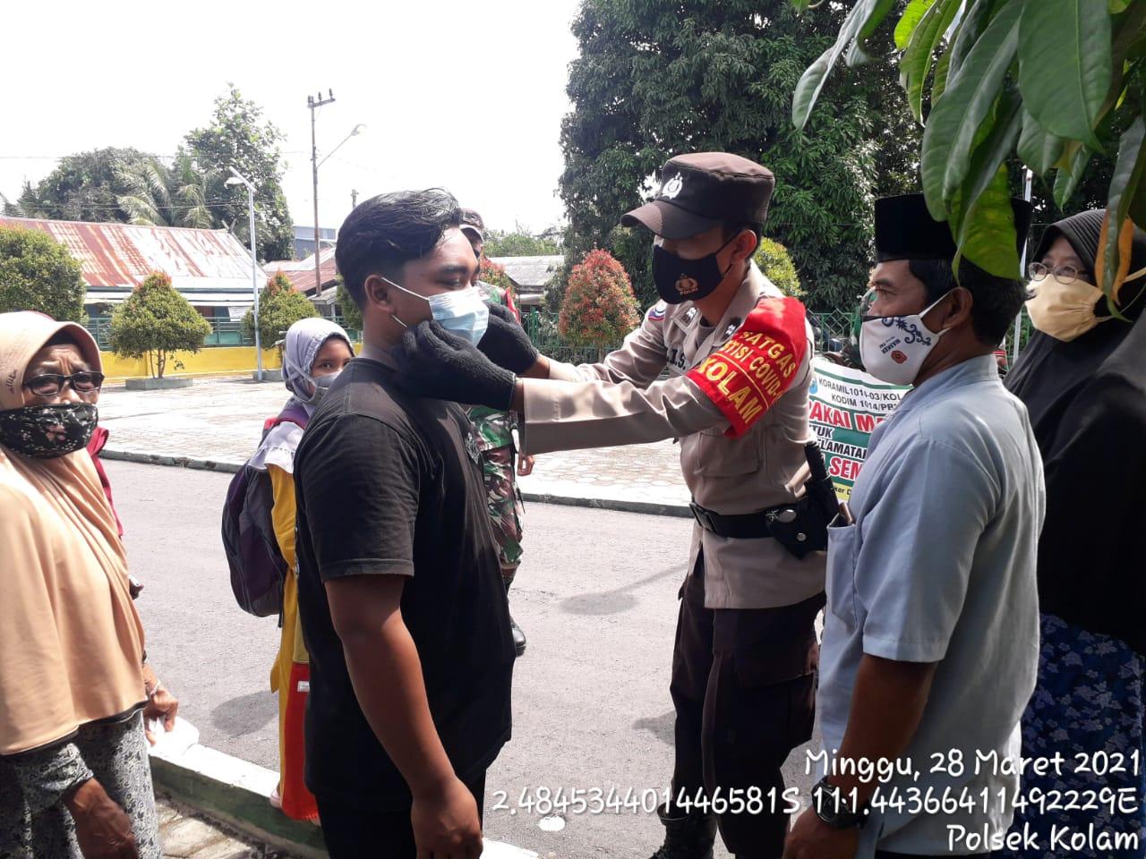 TNI / POLRI PEDULI KESEHATAN WARGA KEC. KOLAM DENGAN BERIKAN MASKER 1