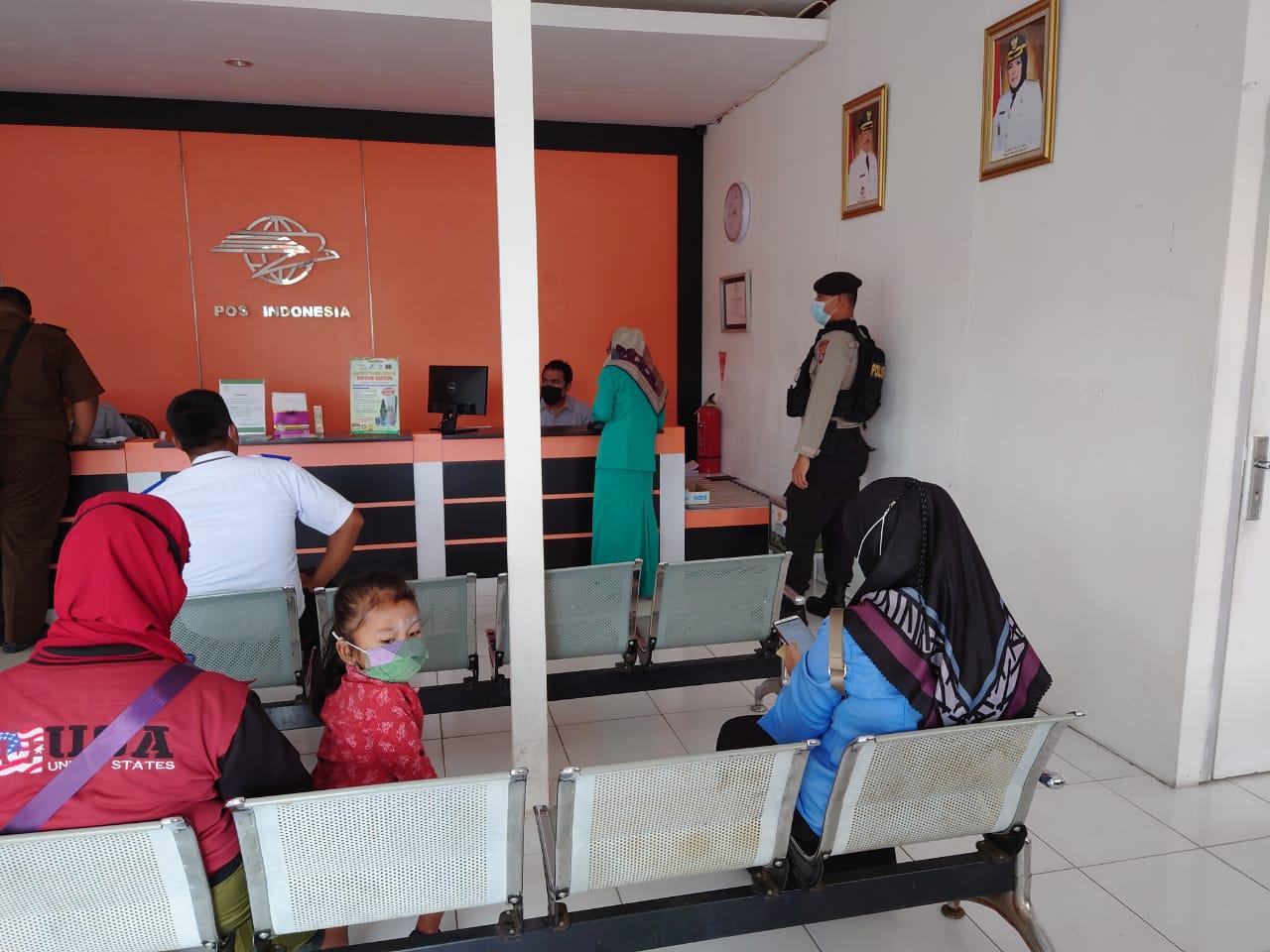 PS.KAURMINTU SAMAPTA POLRES SERUYAN DAN PS.KANIT PAMOBVIT POLRES SERUYAN SAMBANGI KANTOR POS INDONESIA YANG ADA DIKOTA KUALA PEMBUANG 1