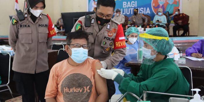 PERTAMA DI INDONESIA, KAPOLDA KALTENG CEK VAKSINASI MASSAL DENGAN SASARAN LANSIA SERENTAK DI 13 KABUPATEN DAN 1 KOTA DI PROVINSI KALIMANTAN TENGAH 2