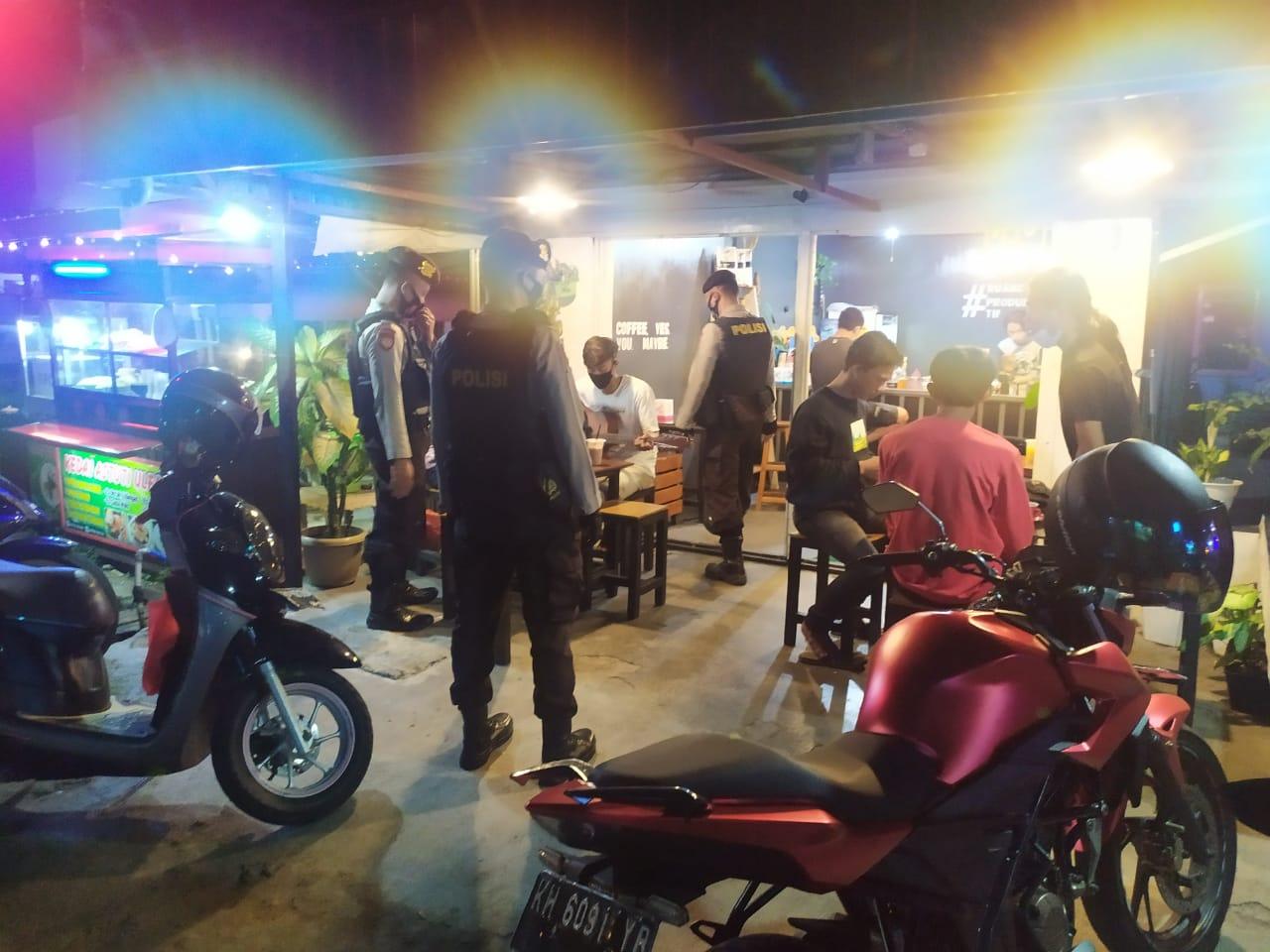 PATROLI MALAM SAMBANGI PEMUDA NONGKRONG BERIKAN HIMBAUAN KAMTIBMAS 1