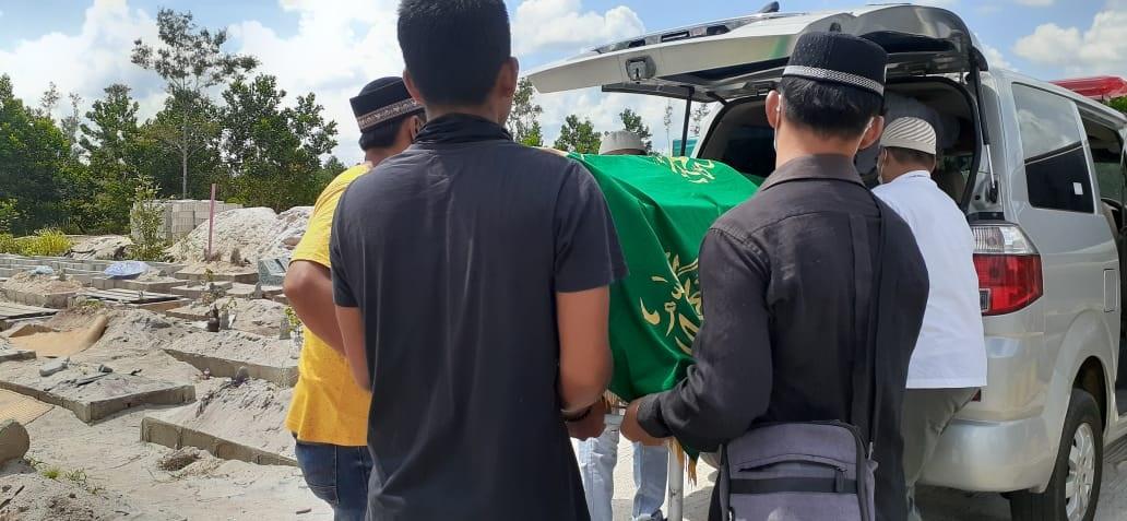 MURNI GANTUNG DIRI, JENAZAH MBAH RANRAN LANGSUNG DIMAKAMKAN DI TPU MUSLIM KM 12 1