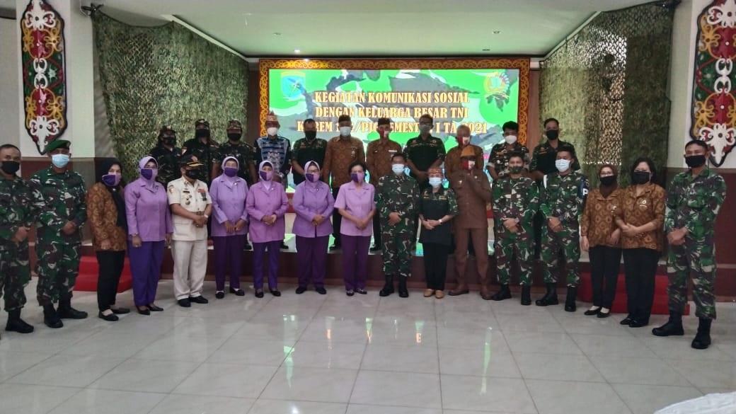 MEMPERKUAT NASIONALISME, KOREM 102/PJG LAKSANAKAN KOMSOS DENGAN KELUARGA BESAR TNI 1