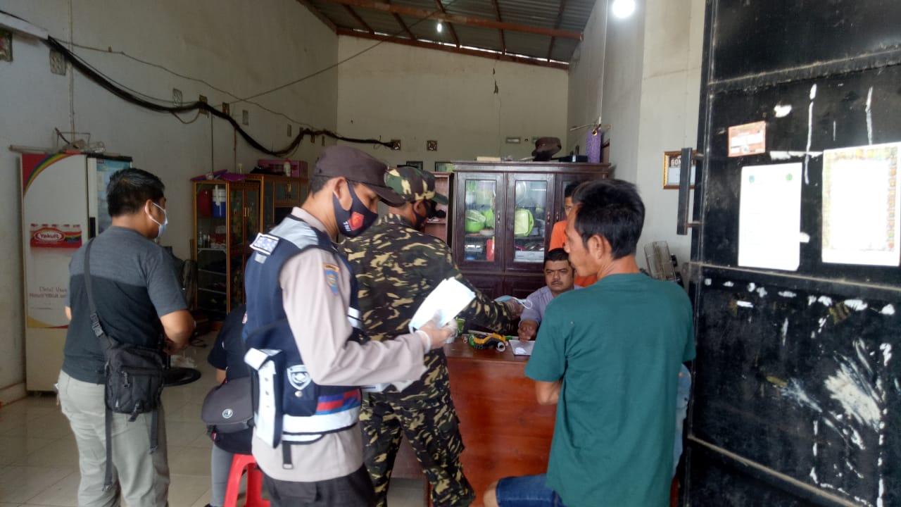 PUTUS PENULARAN COVID-19, PERSONIL POLSEK HANAU BERSAMA TNI BAGIKAN MASKER GRATIS DAN SOSIALISASI PROKES 1
