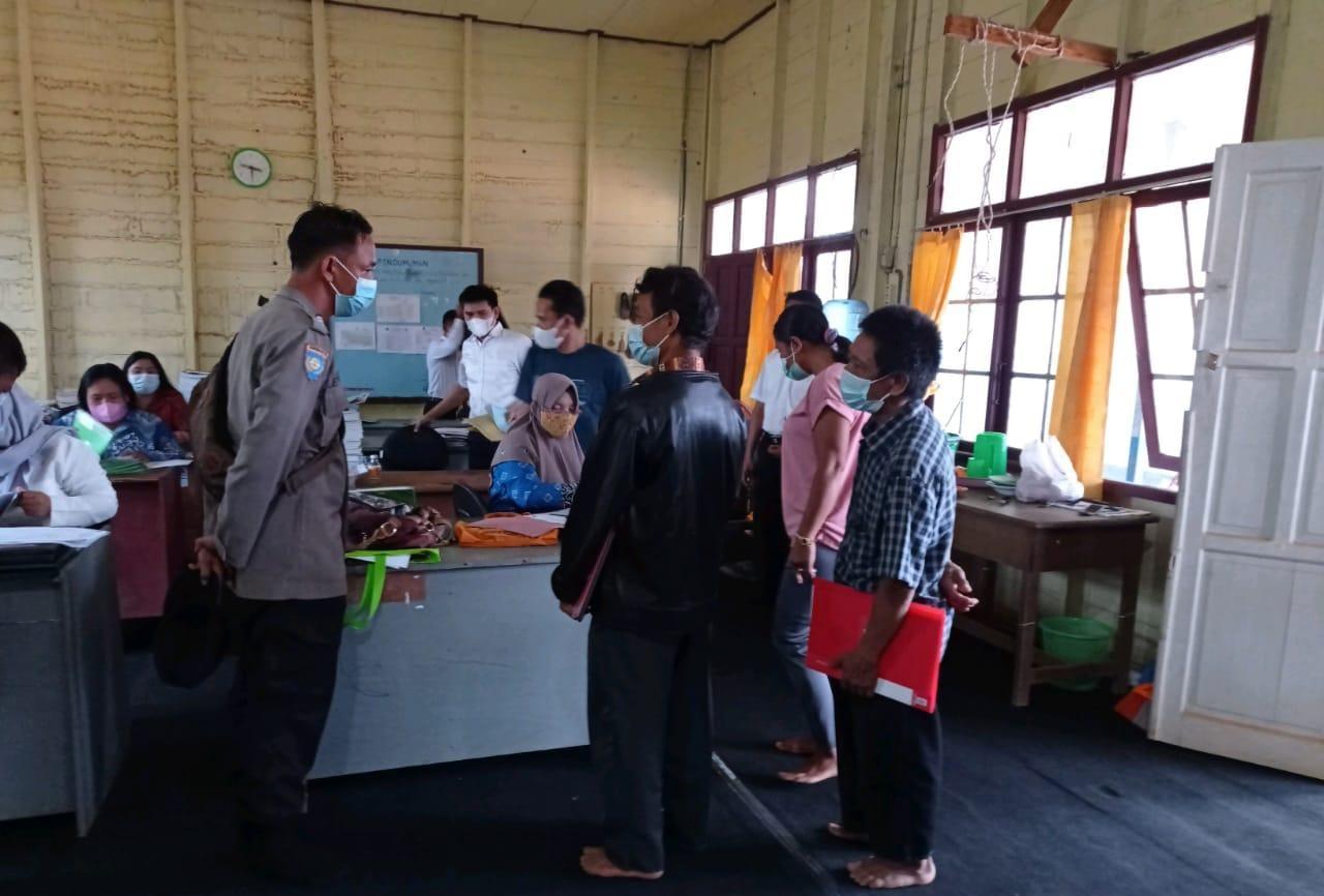 POLSEK SERUYAN HULU GIAT TERAPKAN PROKES DI SEKOLAH SMA DI DESA TUMBANG MANJUL 1