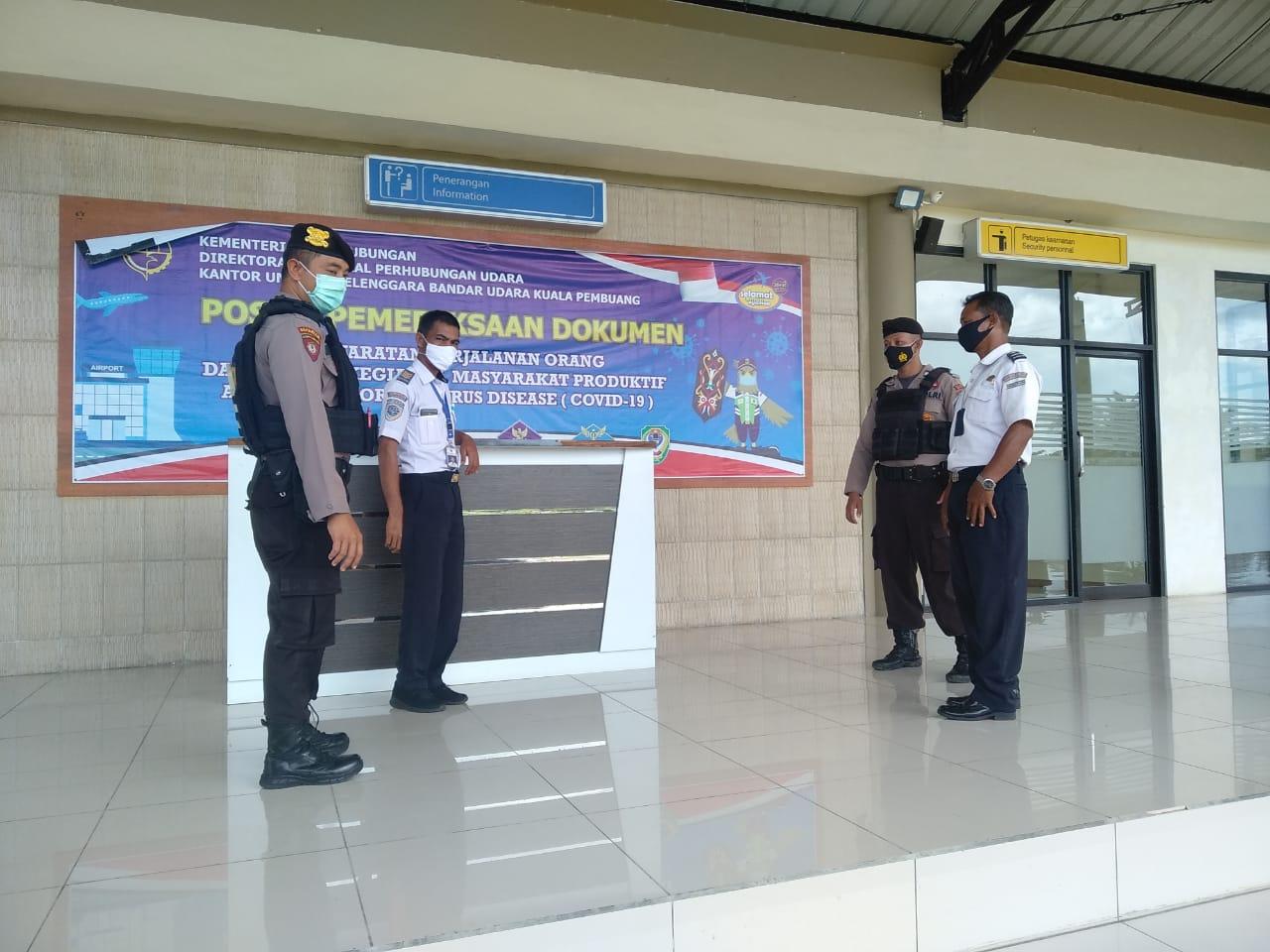 POLISI RUTIN LAKUKAN PATROLI PENGAMANAN DI KAWASAN BANDARA KUALA PEMBUANG 1
