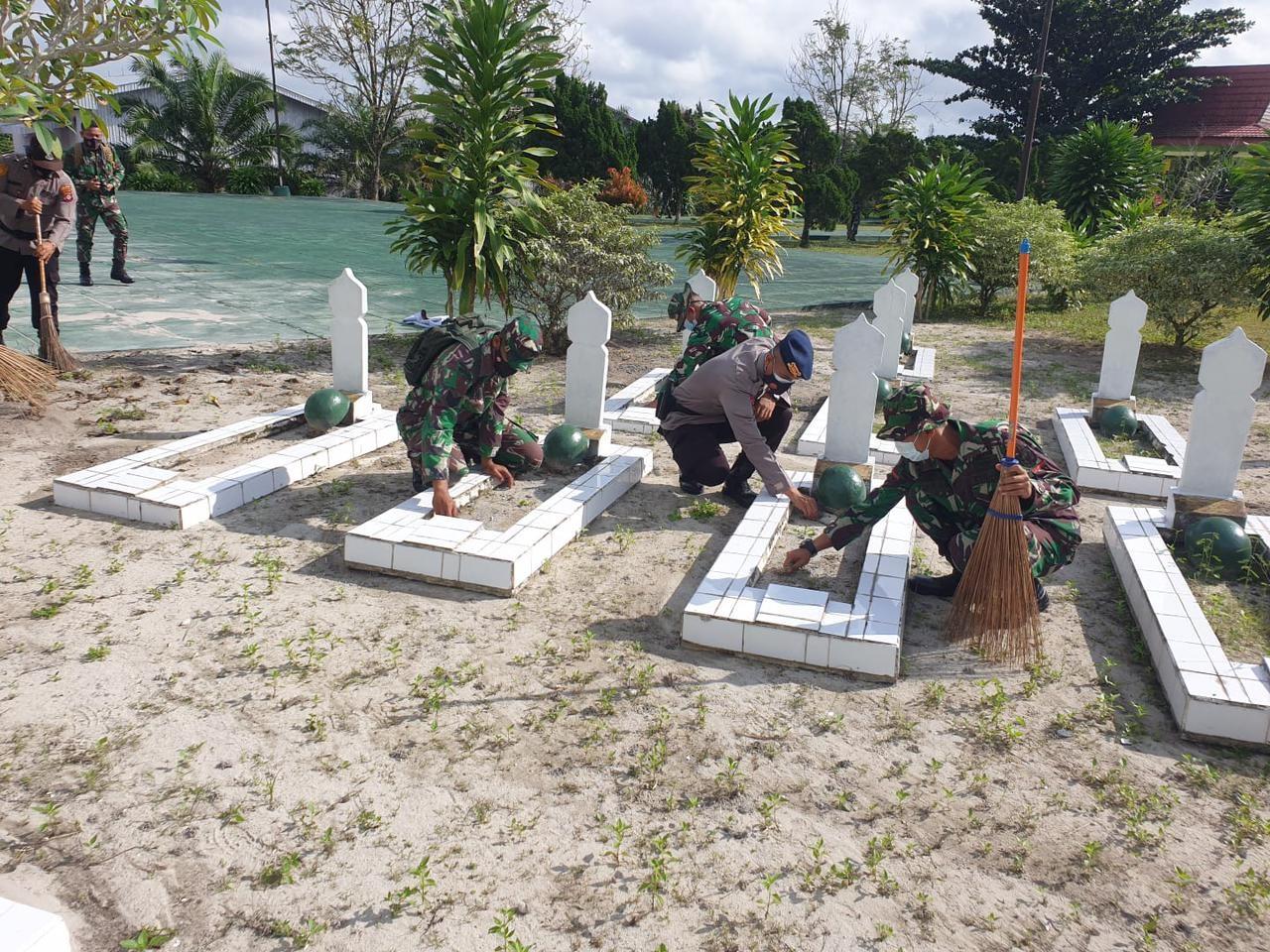 TNI DAN POLRI LAKSANAKAN PEMBERSIHAN TAMAN MAKAM PAHLAWAN 1