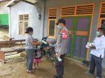 Brigpol Sujatmiko Berbagi Masker Secara Door To Door Ke Rumah Warga 6